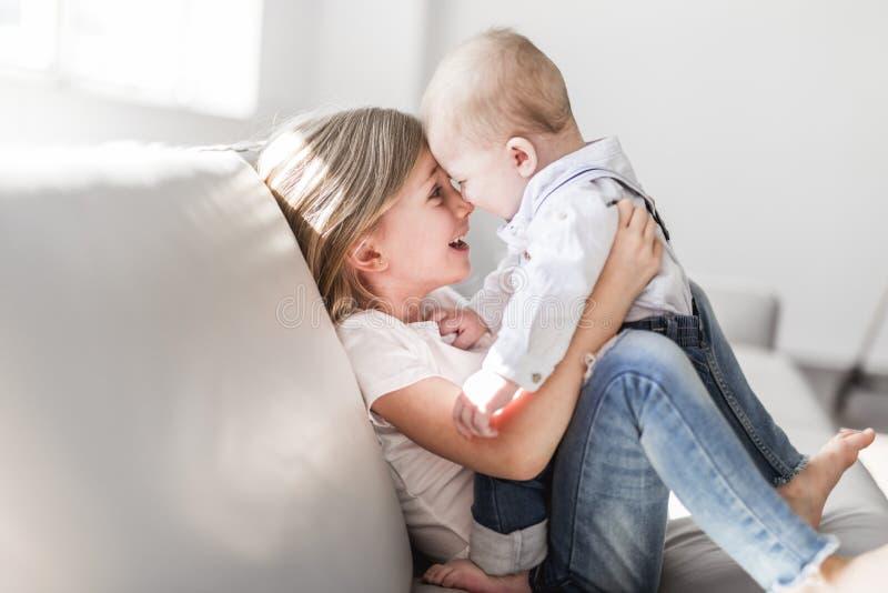 Sorellina con suo fratello del bambino Famiglia del bambino del bambino con i bambini a casa fotografia stock libera da diritti