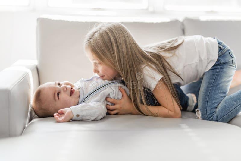Sorellina con suo fratello del bambino Famiglia del bambino del bambino con i bambini a casa immagini stock