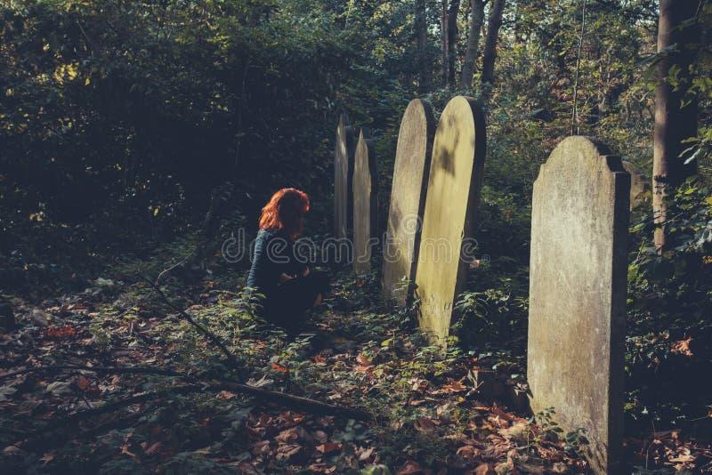 Sorgen machende Frau durch Grab stockfoto