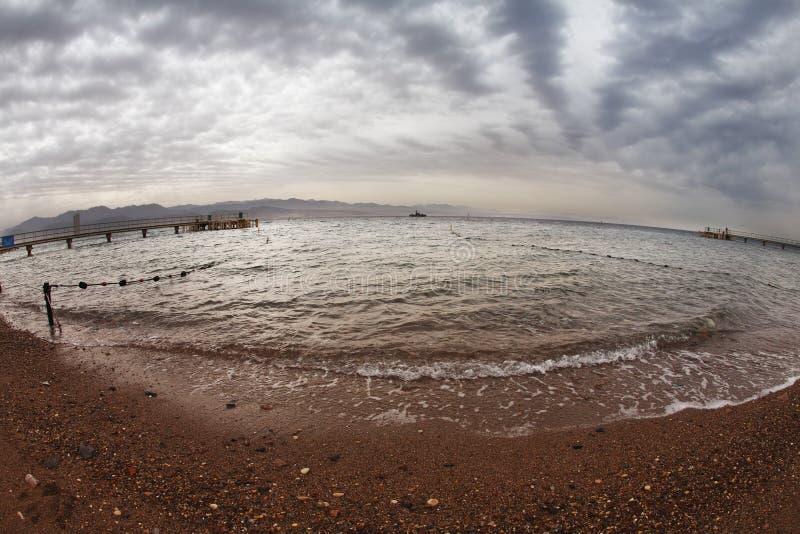 Sorgente in anticipo di una spiaggia del Mar Rosso nell'Israele. fotografia stock