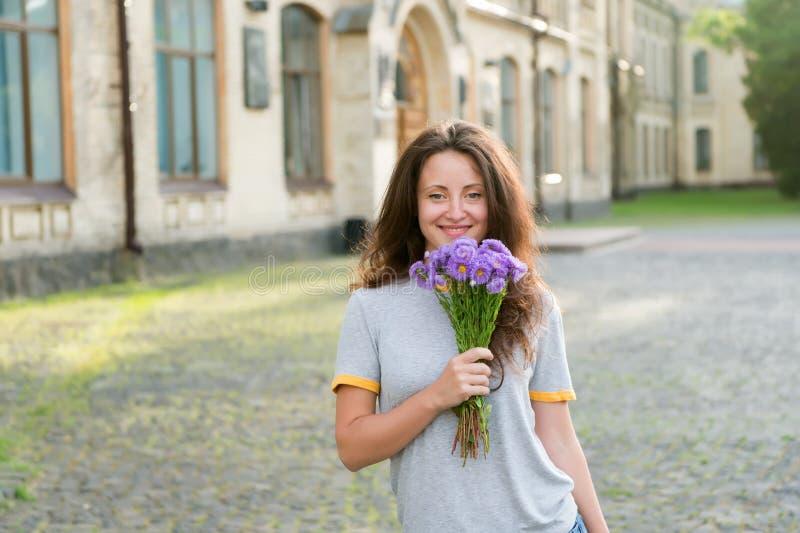 Sorgente aromatica Servizio di consegna fiori Adore fiori freschi Farmacia Fioritura di primavera Concetto di bellezza naturale fotografia stock libera da diritti