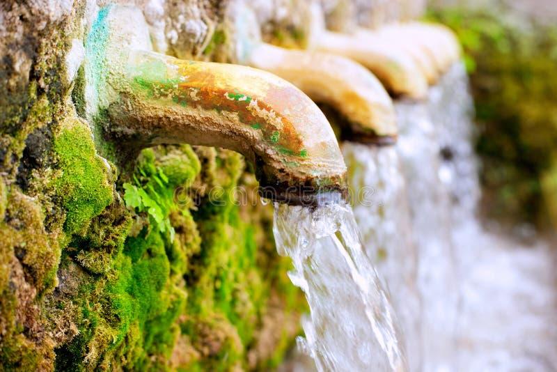 Sorgente d'ottone di fonte d'acqua della fontana fotografie stock libere da diritti