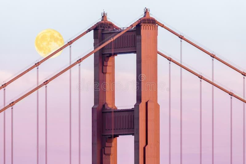 Sorgere della luna di ottobre sopra il ponte immagini stock