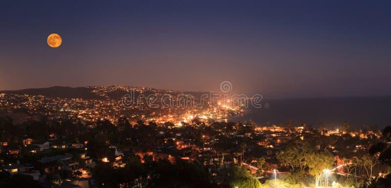 Sorgere della luna di una luna piena sopra la linea costiera del Laguna Beach immagini stock