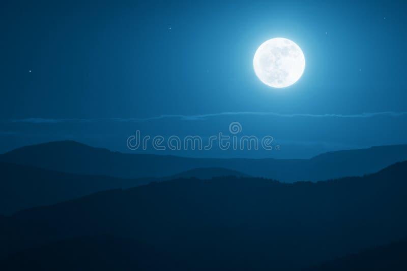 Sorgere della luna drammatiche della montagna con cielo blu ed ombre profondi immagini stock libere da diritti