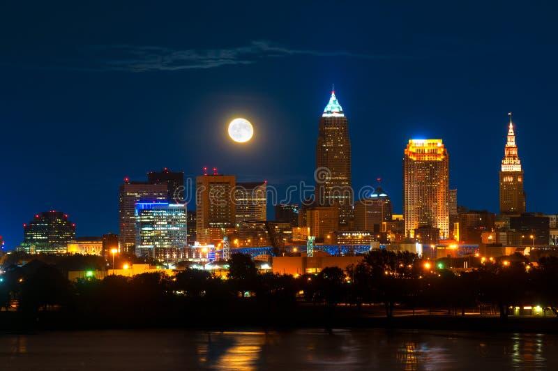 Sorgere della luna sopra Cleveland fotografie stock libere da diritti