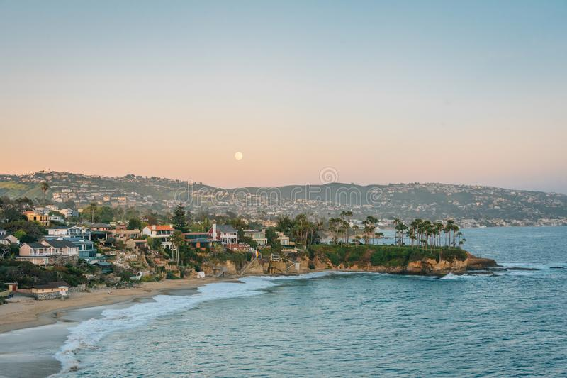 Sorgere della luna sopra Crescent Bay in Laguna Beach, contea di Orange, California immagine stock libera da diritti