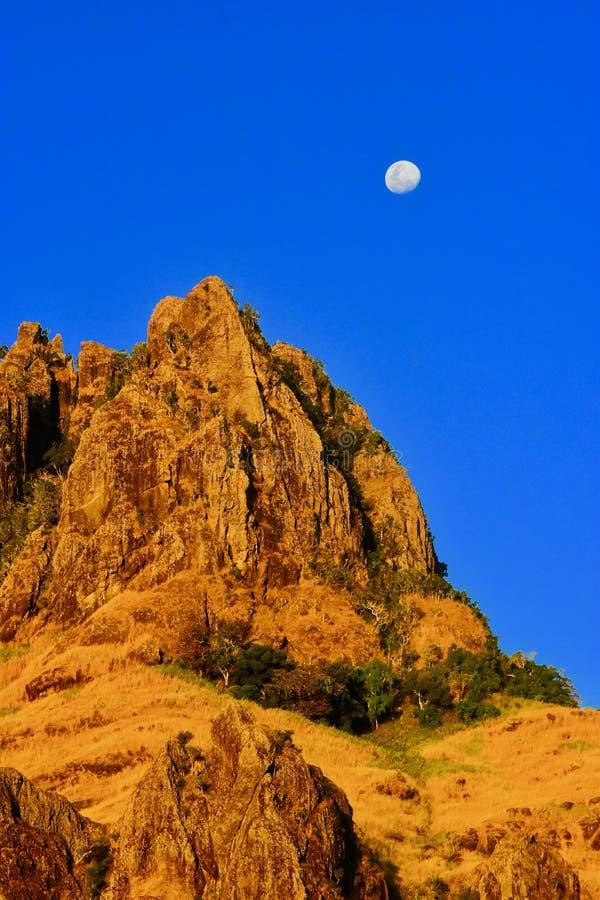 Sorgere della luna sopra il picco di Batinareba, Figi immagine stock libera da diritti