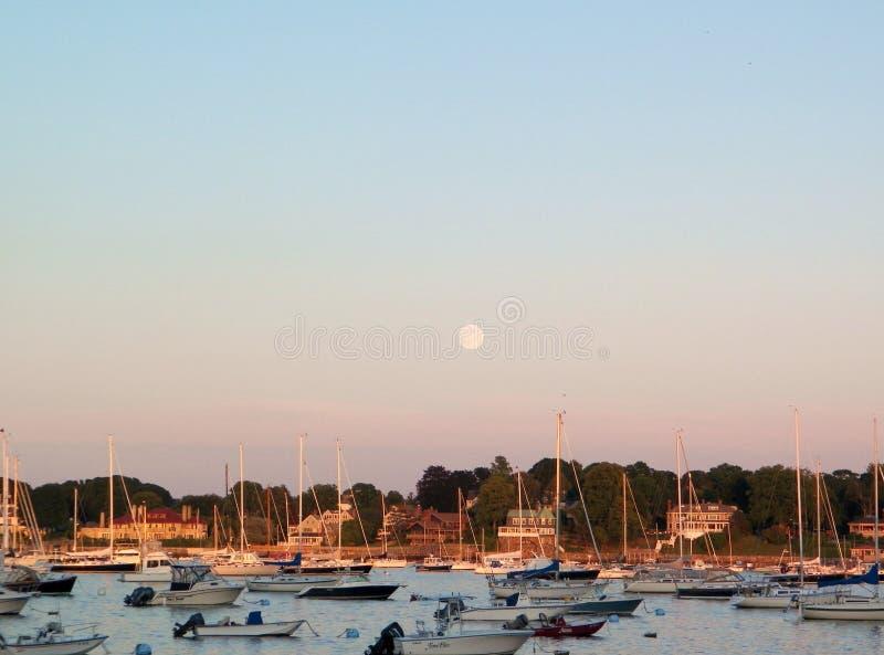 Sorgere della luna sopra il porto della Nuova Inghilterra con le barche a vela fotografia stock libera da diritti
