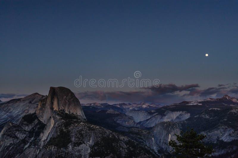 Sorgere della luna sopra la valle di yosemite immagine stock libera da diritti