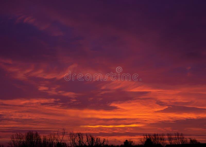 Sorgere nuvoloso e colorato nella Emerson Valley, Milton Keynes fotografia stock
