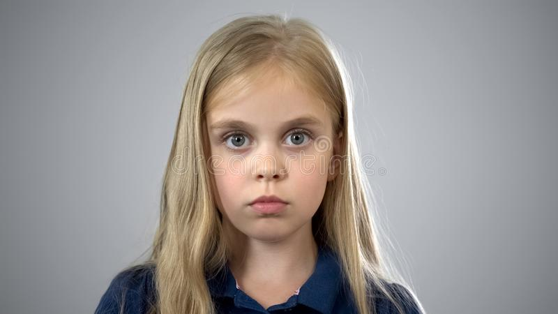 Sorgerecht, Porträt des erschrockenen Schulmädchens, suchend nach Eltern, Annahme lizenzfreie stockfotos