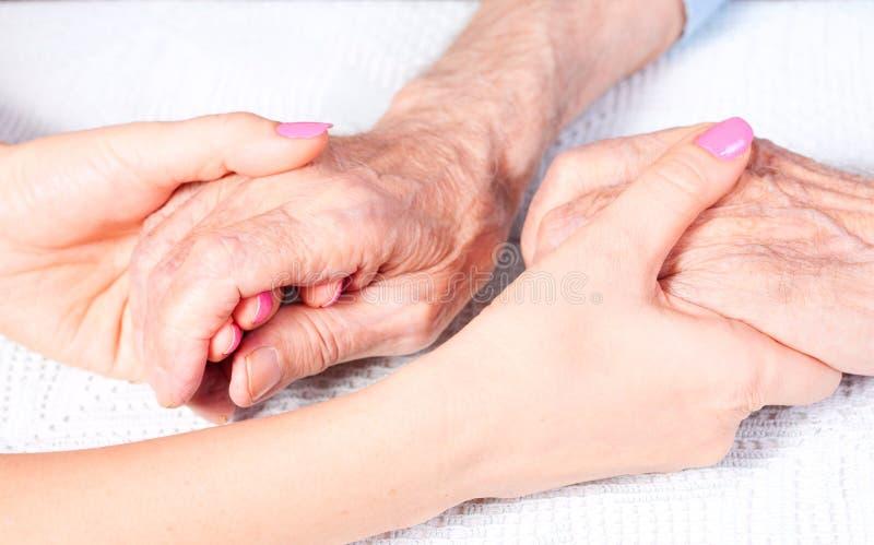 Sorgfalt ist zu Hause von den älteren Personen