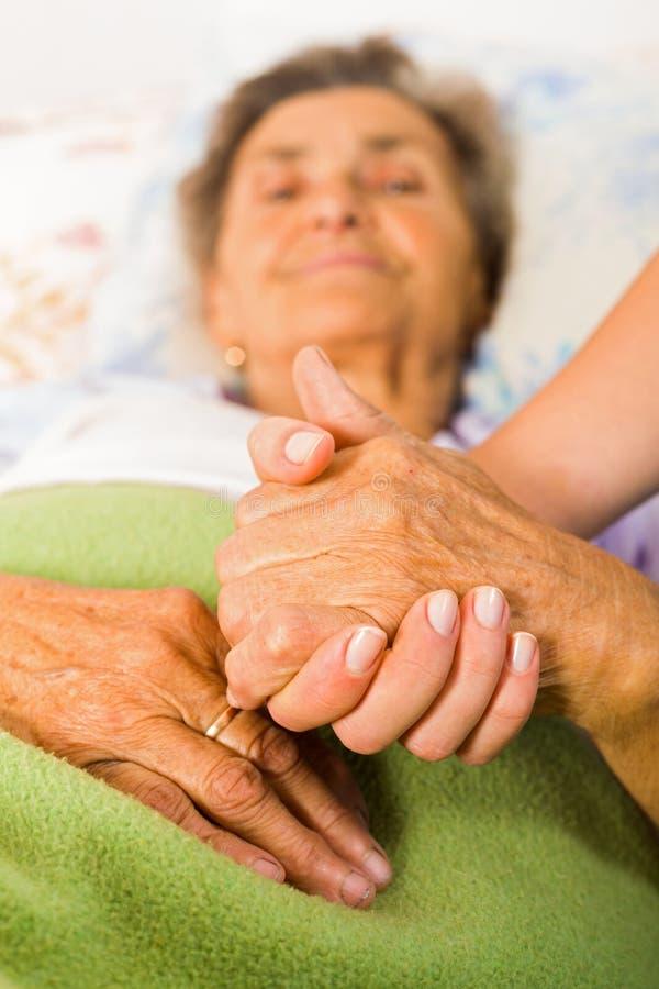 Sorgfalt-Liebe und Vertrauen für Älteste stockbild