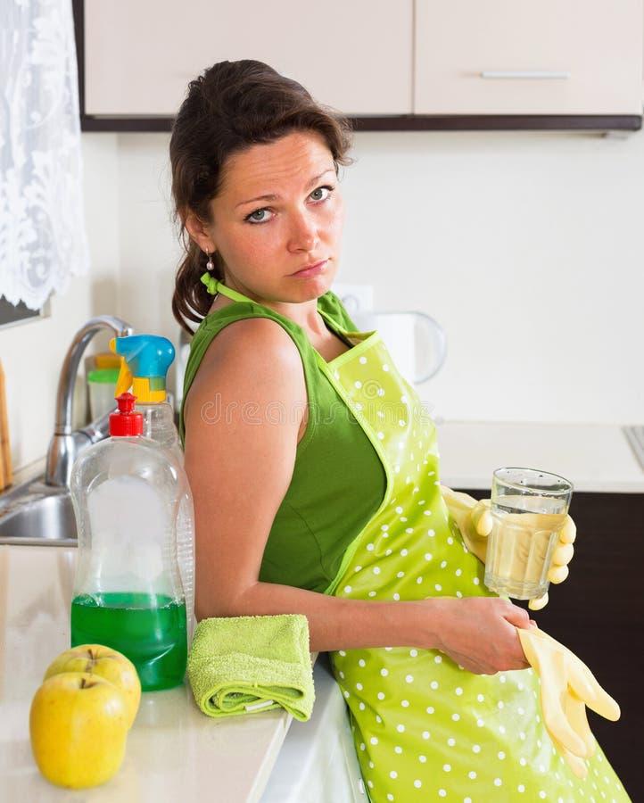 Sorghemmafrulokalvård i kök arkivfoto