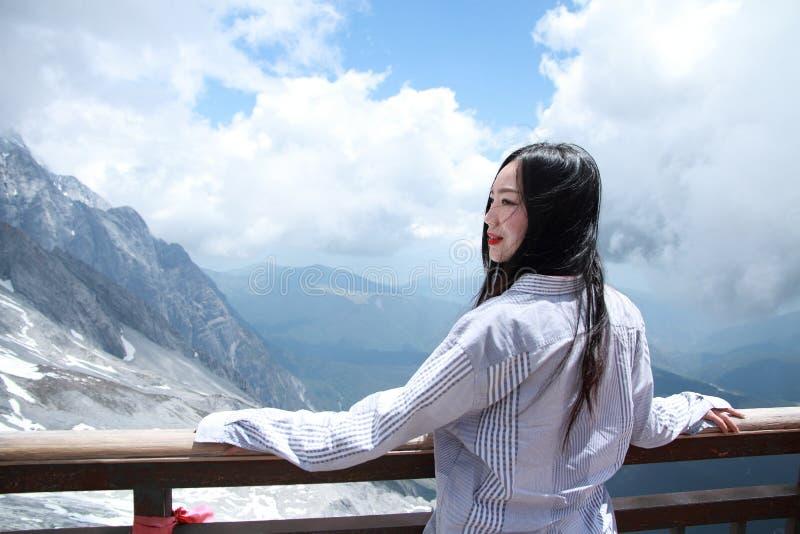Sorglose chinesische Schönheit auf Yunnan-Jadedrache-Schneeberg lizenzfreie stockfotos