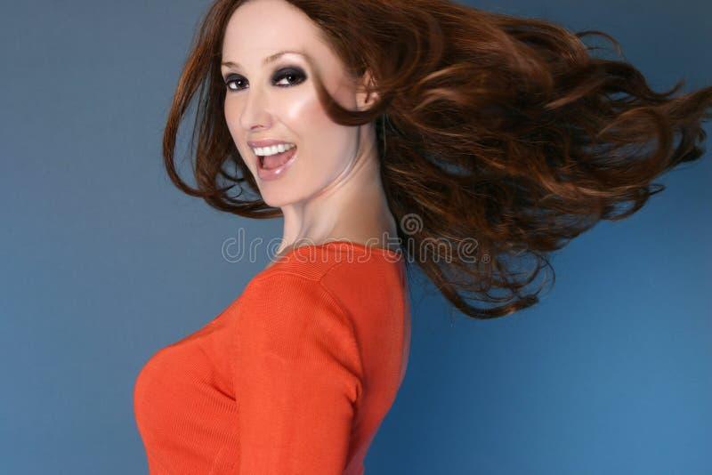 Sorglose Frau mit dem langen Haar in der Bewegung lizenzfreie stockfotografie