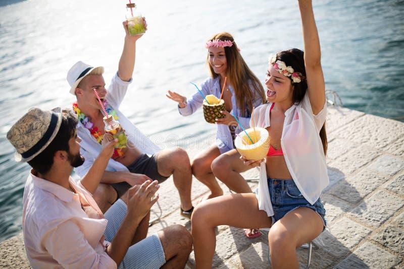 Sorglose junge Freunde, die zusammen Sommerfest genie?en stockfoto