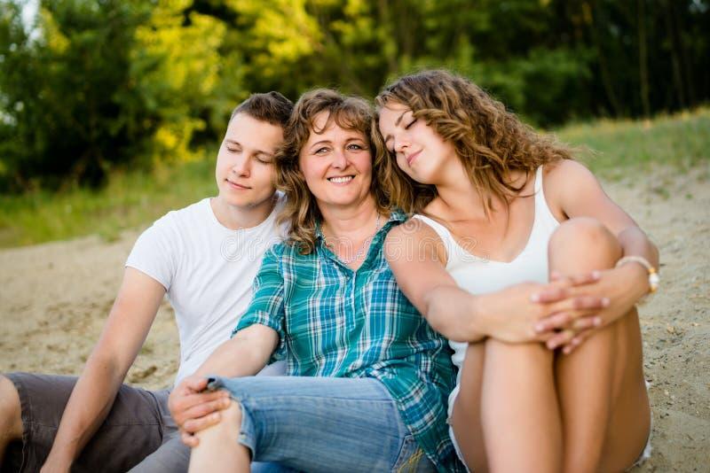 Sorglose Kinder, die ihren Kopf auf Mutter ` s Schulter stillstehen lizenzfreies stockfoto