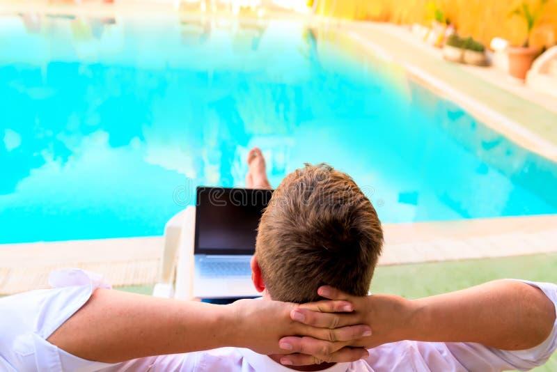 Sorgloser Mann entspannt sich auf Ruhesessel lizenzfreies stockbild