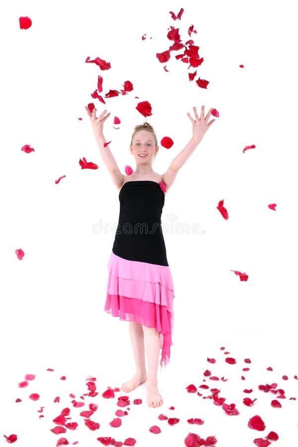 Sorgloses jugendlich werfendes Rosen-Blumenblatt in die Luft stockfotos