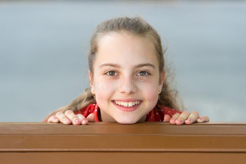 Sorgloses Kind des Mädchens Lächeln entspricht ihr Der Tag der internationale Kinder Den ganzen Tag lachen Glückfreude und Spaßko stockfoto
