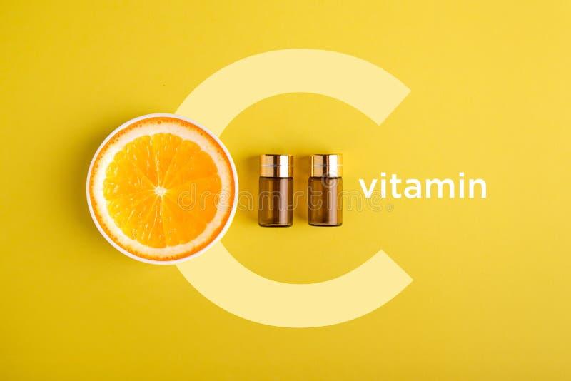 Soro e cosméticos com vitamina C Óleo essencial das citrinas imagens de stock