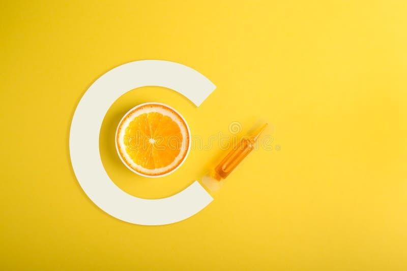 Soro e cosméticos com vitamina C Óleo essencial das citrinas imagem de stock