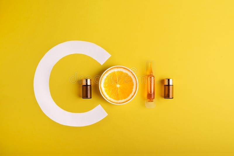 Soro e cosméticos com vitamina C Óleo essencial das citrinas foto de stock