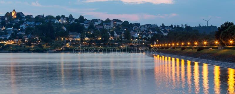 sorpesee See und sundern Stadt sauerland Deutschland am Abend lizenzfreie stockfotografie