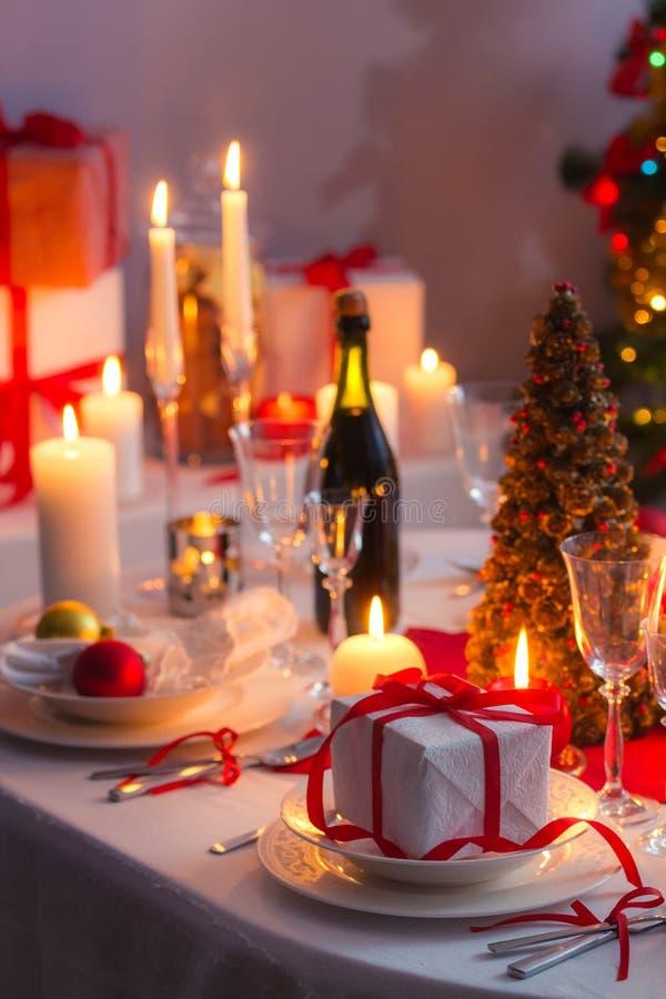 Sorprenda esperar familly en una tabla de la Navidad foto de archivo