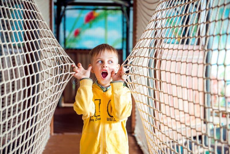 Sorprenden al niño pequeño en parque de atracciones con la cuerda fotos de archivo libres de regalías