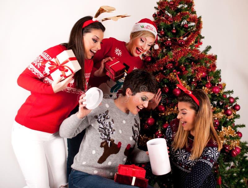 Sorprenden a cuatro muchachas con las cajas de los regalos de Navidad imágenes de archivo libres de regalías