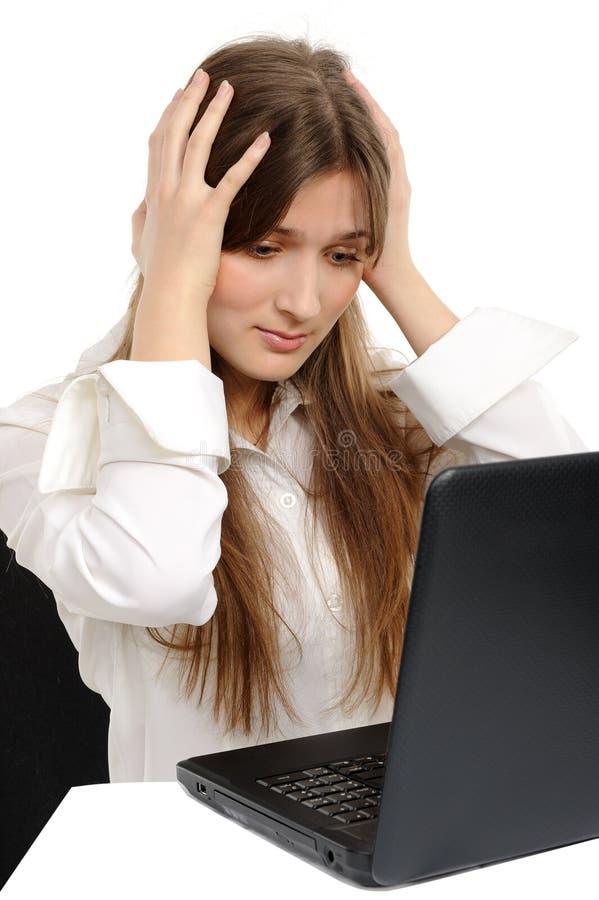 Sorprenden a la mujer con una computadora portátil, imagen de archivo