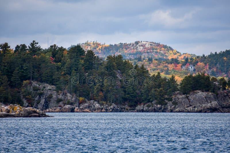 Sorprendentes colores otoñales con vistas a las montañas en Marquette, Michigan y Lago Superior fotos de archivo libres de regalías