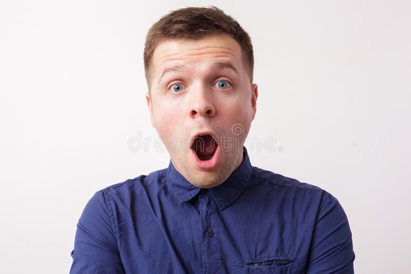 Sorprendió las noticias inesperadas el individuo se abre boca y los ojos de las rondas imagen de archivo