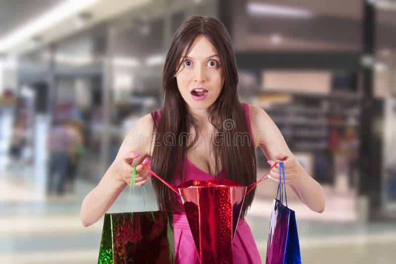 Sorpresa de la mujer de las compras fotografía de archivo libre de regalías