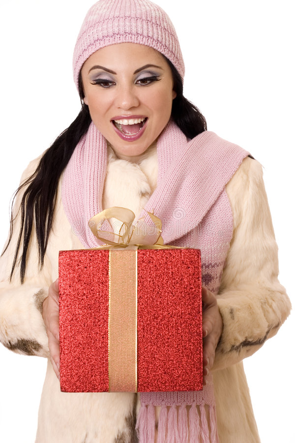 Sorpresa deliziosa - femmina che tiene un grande regalo dell'oro e di colore rosso fotografia stock libera da diritti