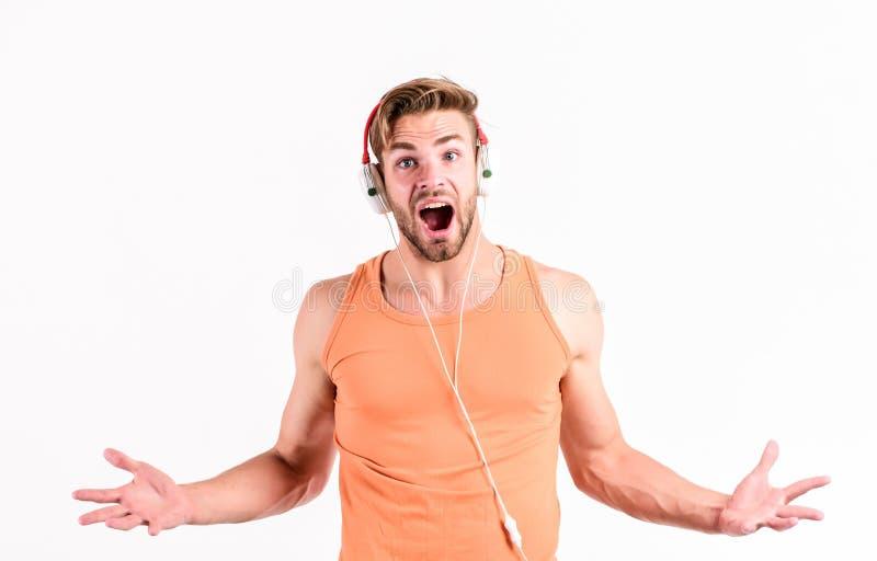 Sorpresa grande relaje al hombre muscular atractivo de la lista de temas para escuchar música del hombre de la lista de temas se  fotos de archivo