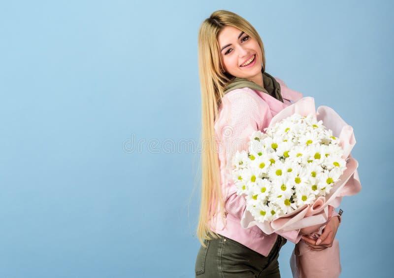 Sorpresa para la novia Adore las flores Ramo rubio sensual blando de las flores del control de la muchacha Florece servicio de en fotos de archivo libres de regalías