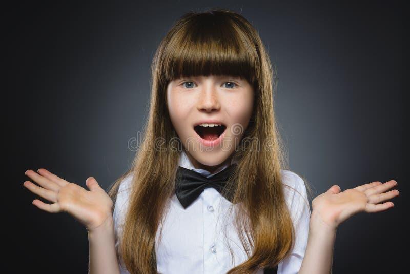 Sorpresa que va de la muchacha feliz del retrato del primer aislada en fondo gris foto de archivo libre de regalías