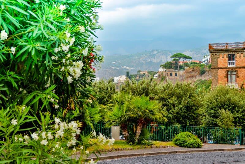 Sorrent-Sommerstadtbild Süden von Italien lizenzfreie stockfotos