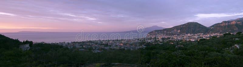 Sorrente avec la vue panoramique du Vésuve image libre de droits