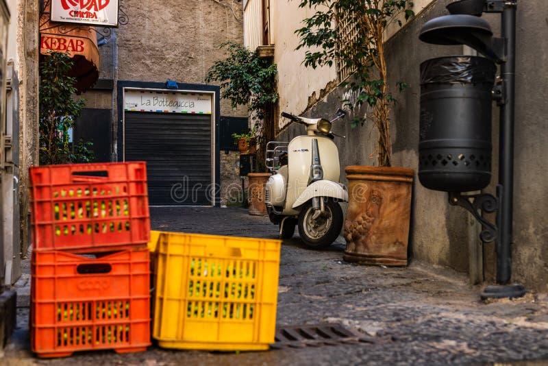Sorrento, Itália - 2018 Caixas das uvas deixadas em uma rua estreita em Sorrento foto de stock