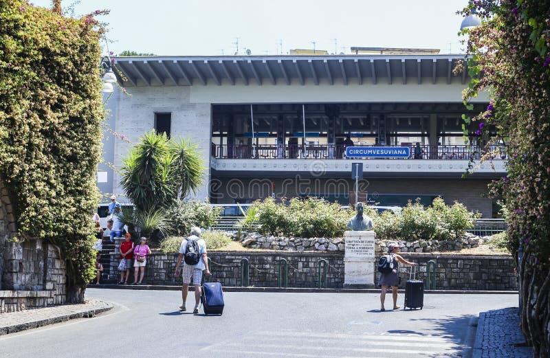 Sorrento järnvägsstation Staty av den neapolitan poeten arkivbilder
