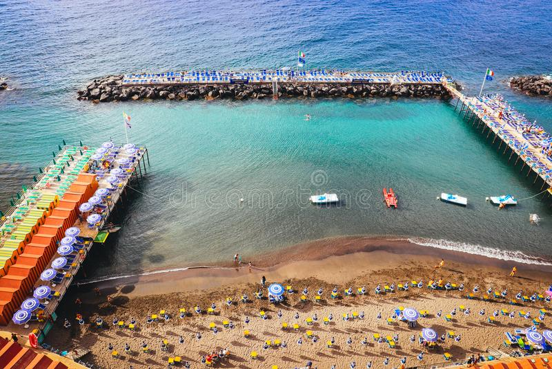 Sorrento lata piaska sztuczna plaża z kamieniami falochrony na spokojnym błękitnym morzu Włochy fotografia stock