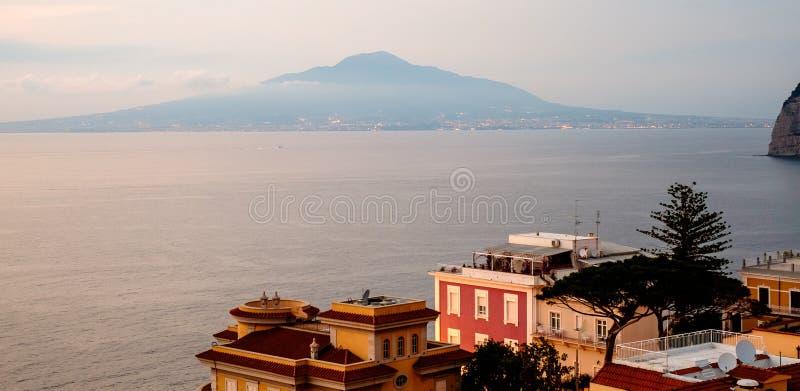 Sorrento zmierzchu panorama, Vesuvius i morze śródziemnomorskie, Włochy fotografia stock