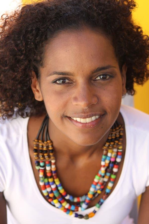 Sorridendo con la collana colourful fotografie stock
