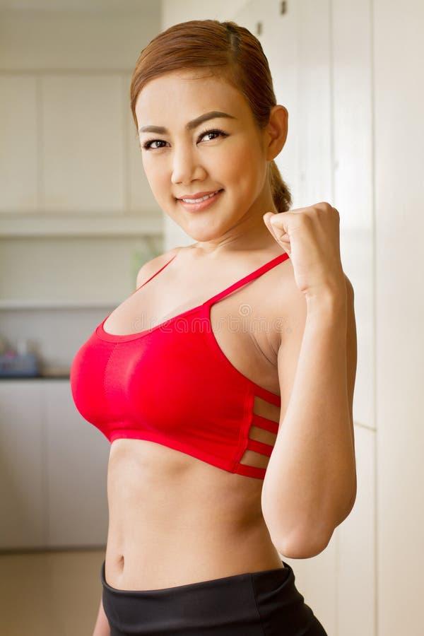 Sorridendo, donna felice, positiva, sicura in abiti sportivi rossi immagine stock