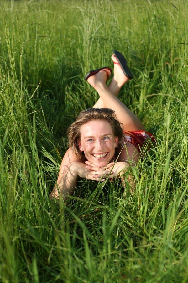Sorridendo nell'erba immagini stock